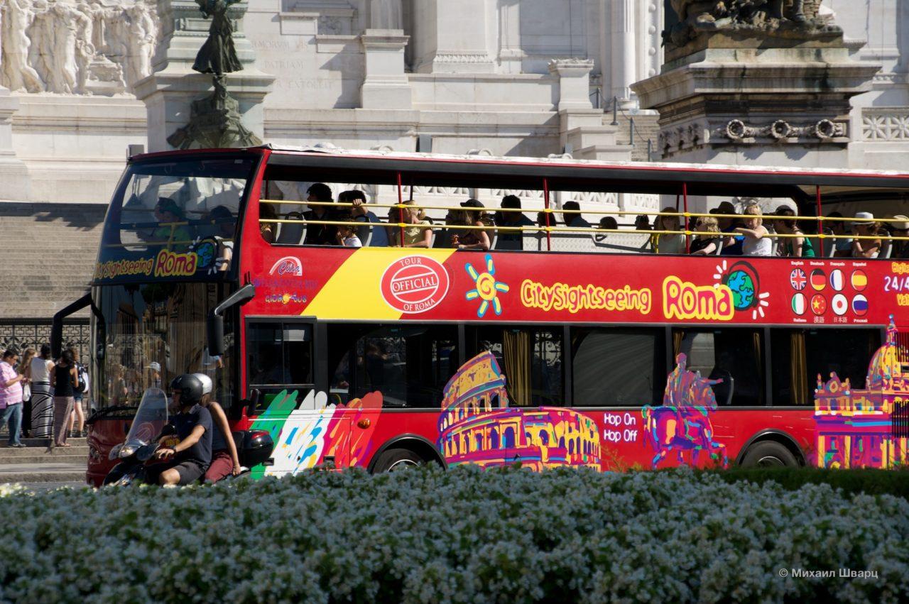 Красный экскурсионный автобус Сity sightseeing Roma