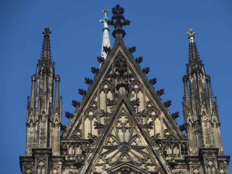 Крестоцветы на башнях собора