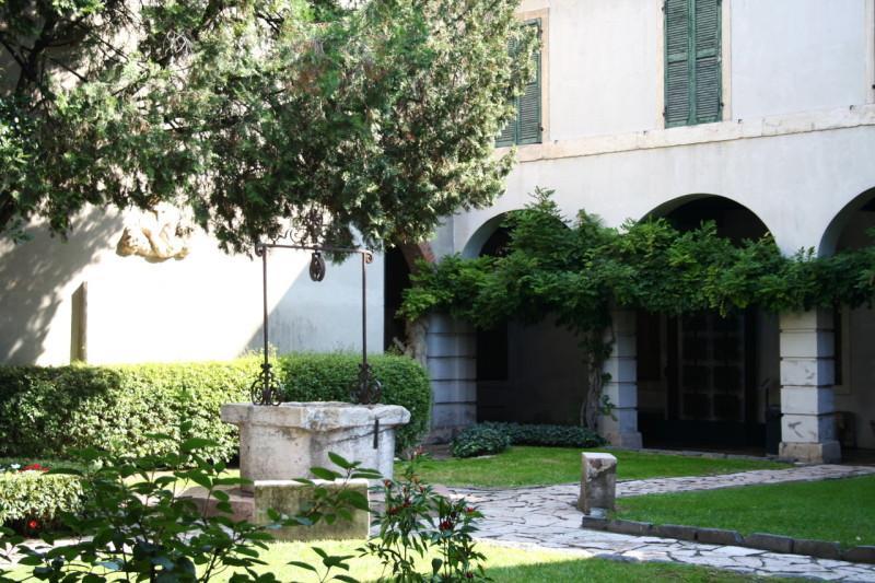 В монастырском саду