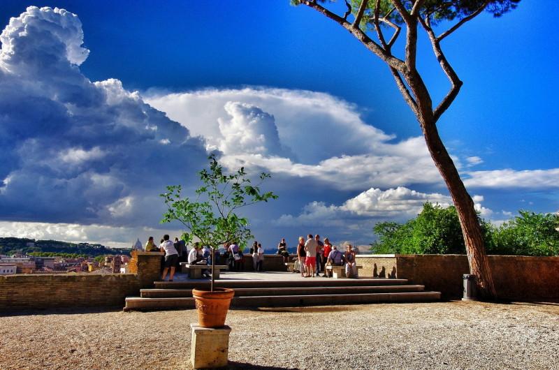 Смотровая площадка с видом на Тибр, холм Яникул, район Трастевере и Ватикан