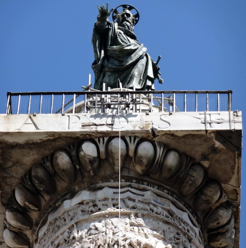 Скульптура  апостола Павла на вершине колонны