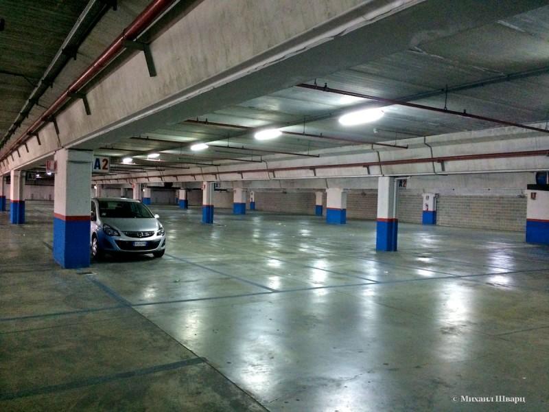 Огромная подземная парковка перед дворцом