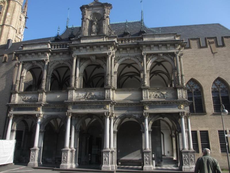 Главный вход в ратушу