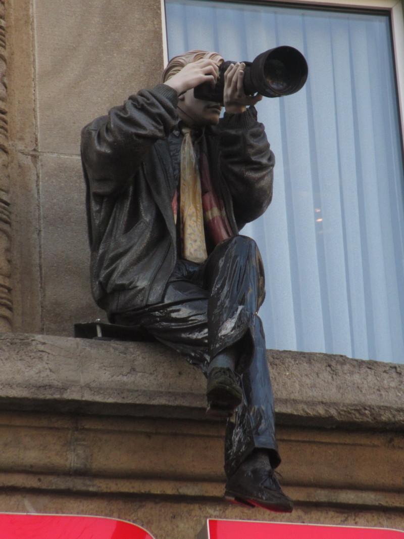 «Фотограф» на карнизе здания