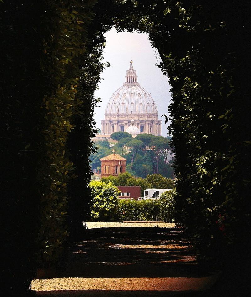 В отверстие в воротах видны сразу 3 государства: Мальтийский орден, Ватикан и Италия.