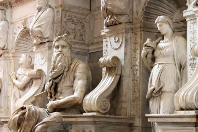 """Скульптура Моисея """"с рожками"""""""