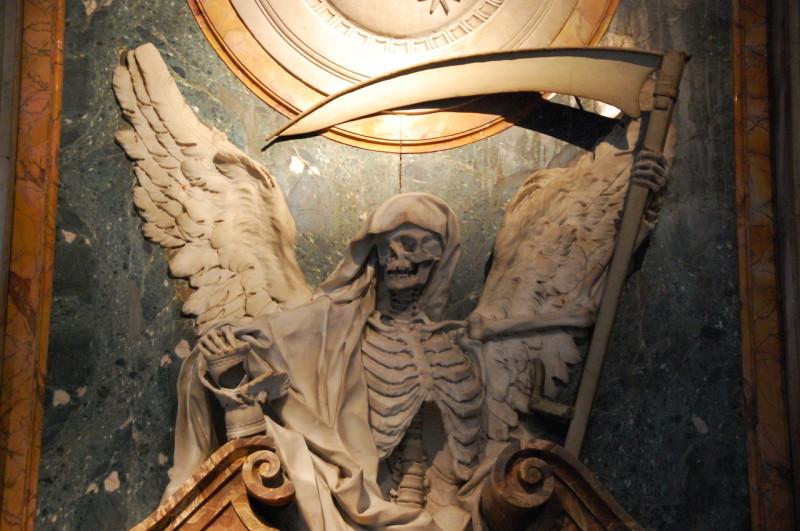 Скилеты на мраморной гробнице