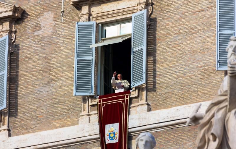 Папа Римский  благословляет верующих