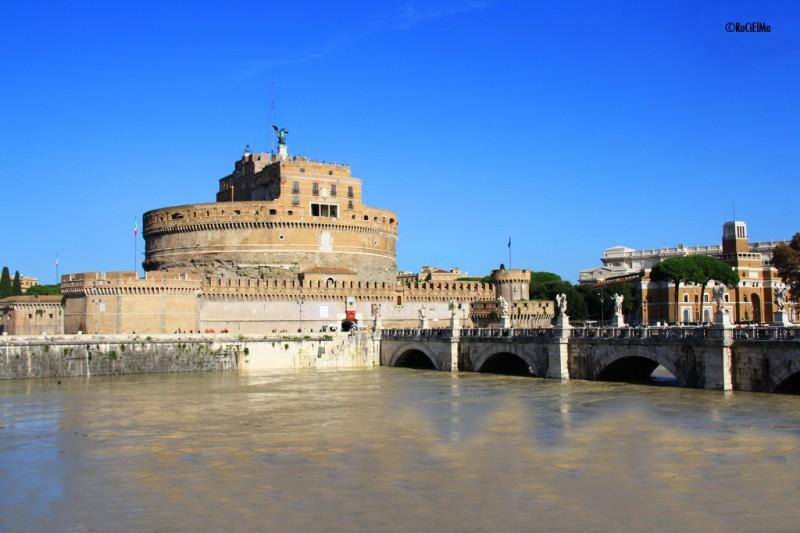 Пешеходный мост Сант'Анджело со скульптурами через Тибр и Замок Святого Ангела