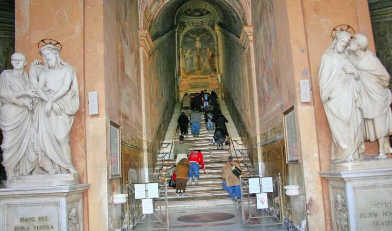 Скульптуры «Поцелуй Иуды» и «Суд Пилата» у подножья Святой лестницы.