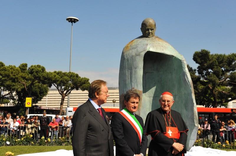 Монумент Иоанну Павлу II у вокзала Термини. Памятник со сложной судьбой