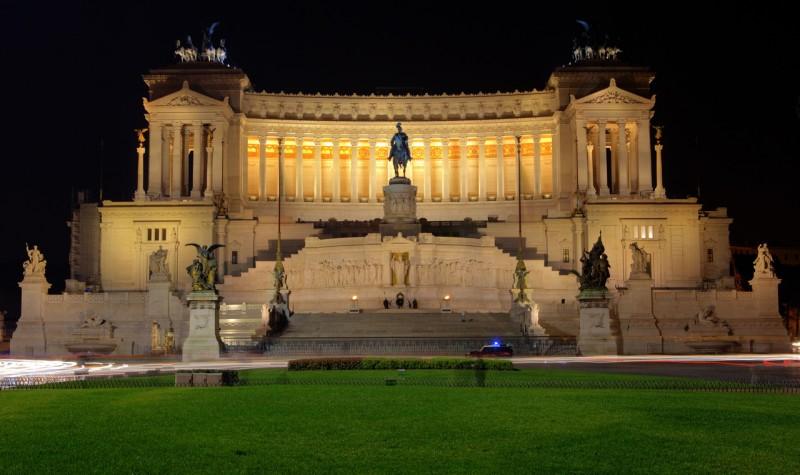 Вид на памятник ночью