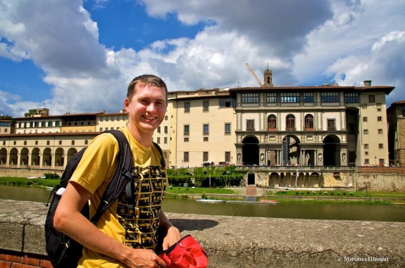 На фоне Галереи Уффици (Galleria degli Uffizi)
