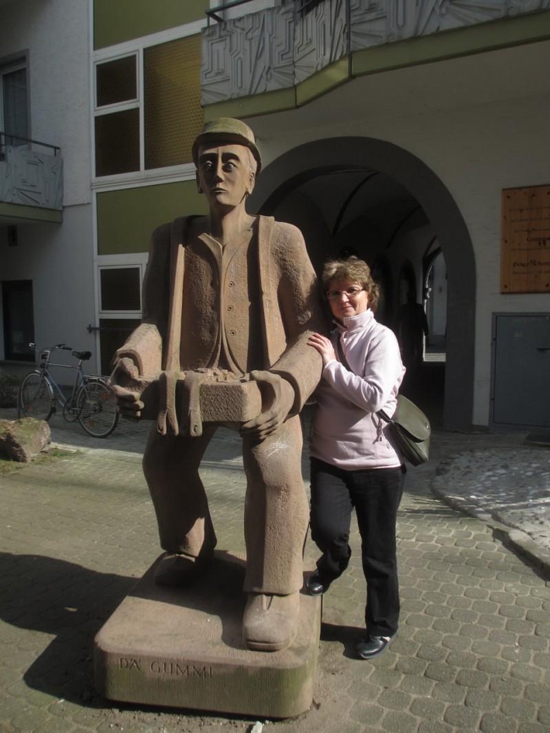 Одна из многих уличных городских скульптур