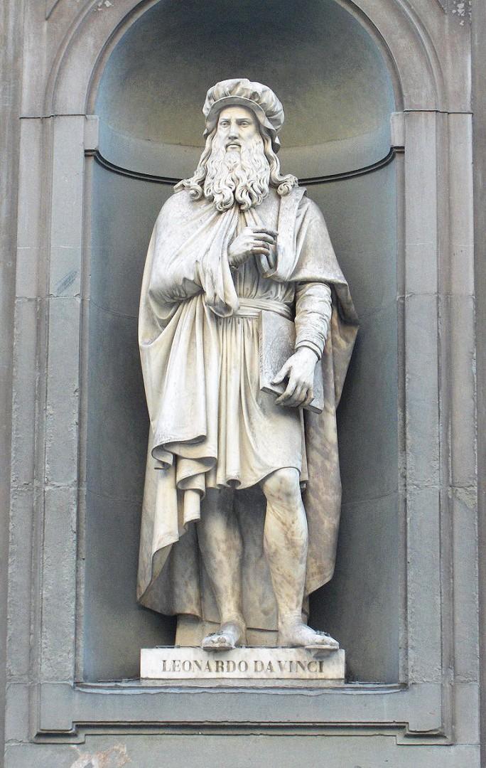 Леонардо да Винчи, одна из статуй великих флорентийцев  на крыльце