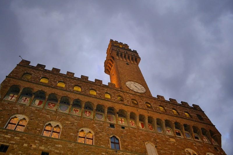Башня Арнольфо и геральдические символы в нишах под арками