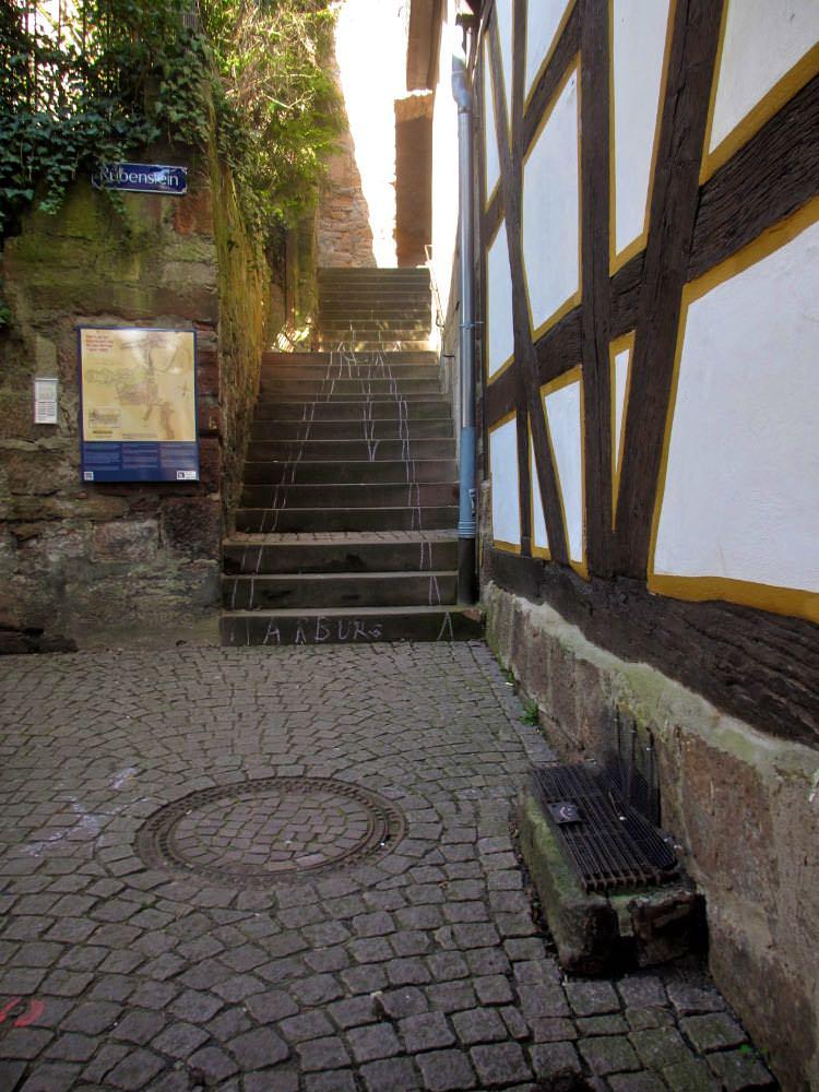 Одна из многочисленных уличных лестниц