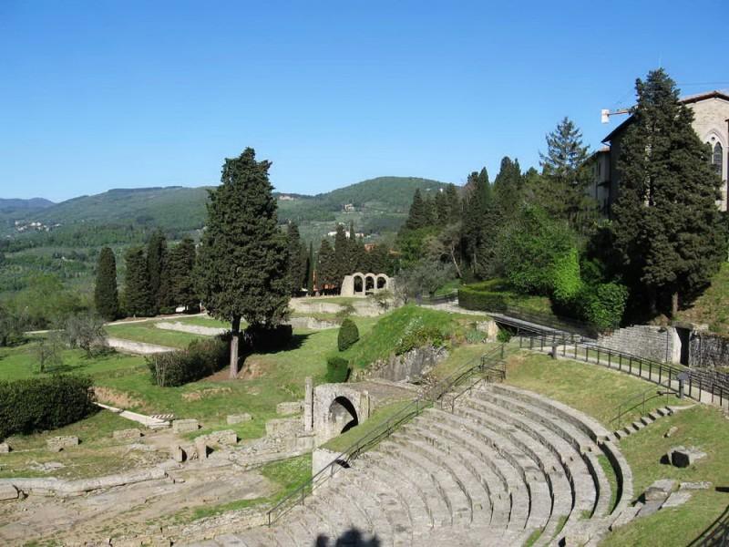 Римский театр на 3000 мест, построен в I в. до н. э., входит в Археологическую зону