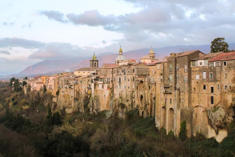 Сант'Агата-де'-Готи - сказочный каменный город у подножия Монте-Табурно