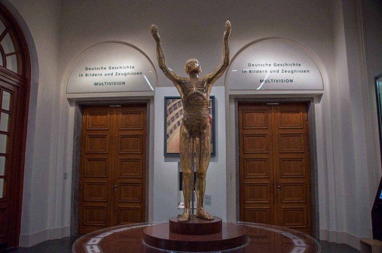 Стеклянная фигура человека, выполненная в натуральную величину