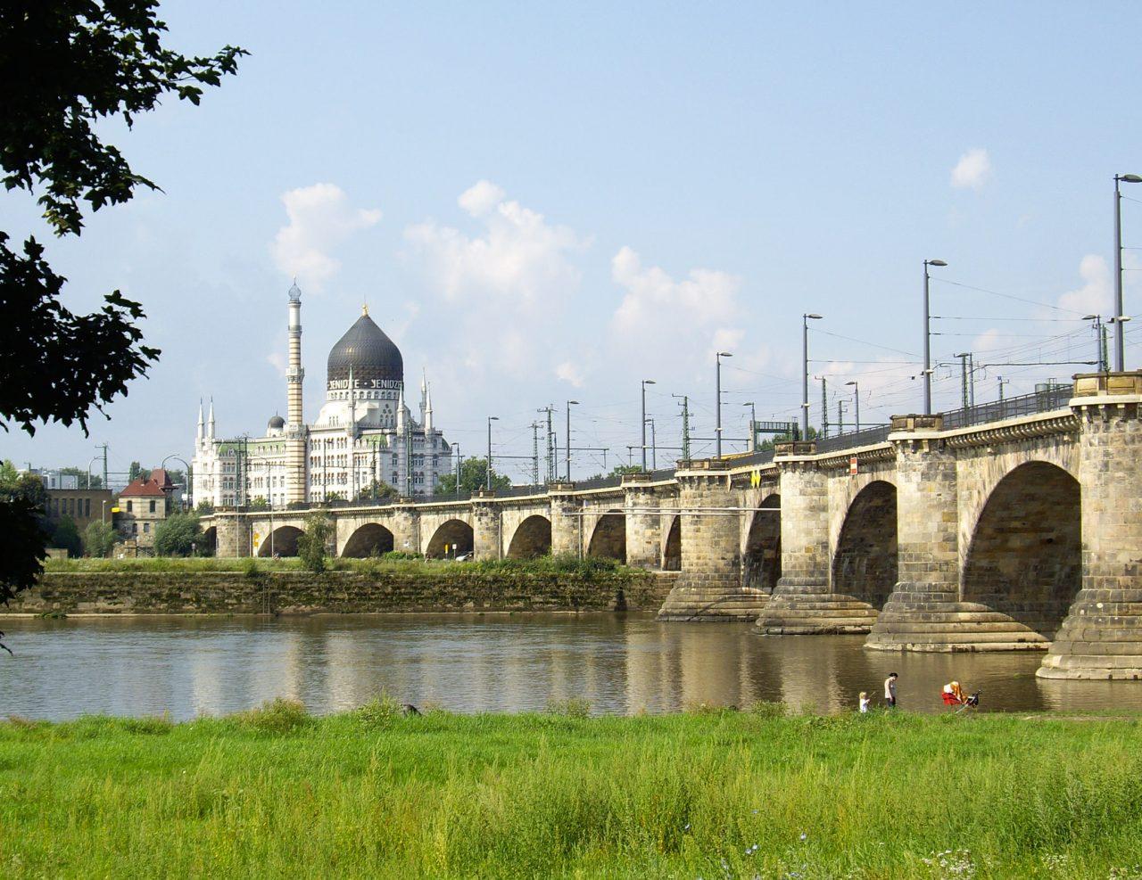 Фабрика на фоне моста Marienbrücke