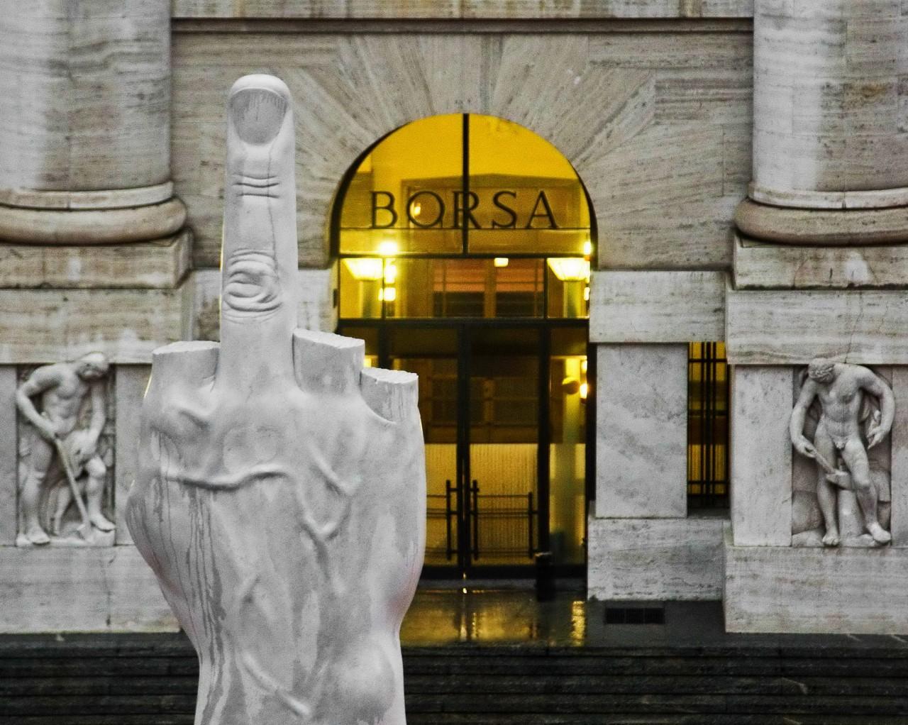 Памятник Среднему пальцу