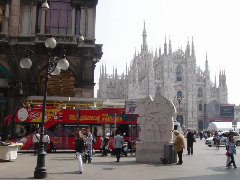 Двухэтажные туристические автобусы в Милане