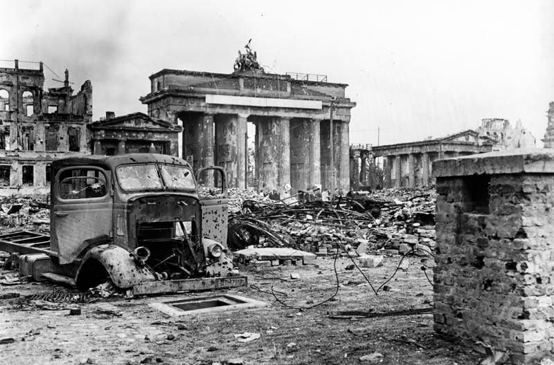 Бранденбургские ворота в июне 1945 г.