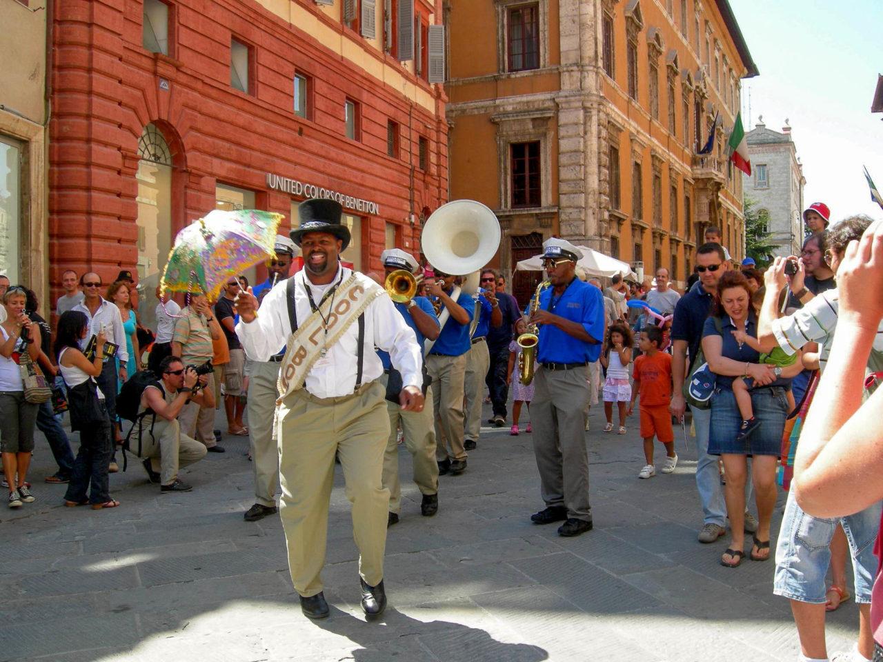 Джаз-оркестр на улицах Перуджи во время Umbria Jazz