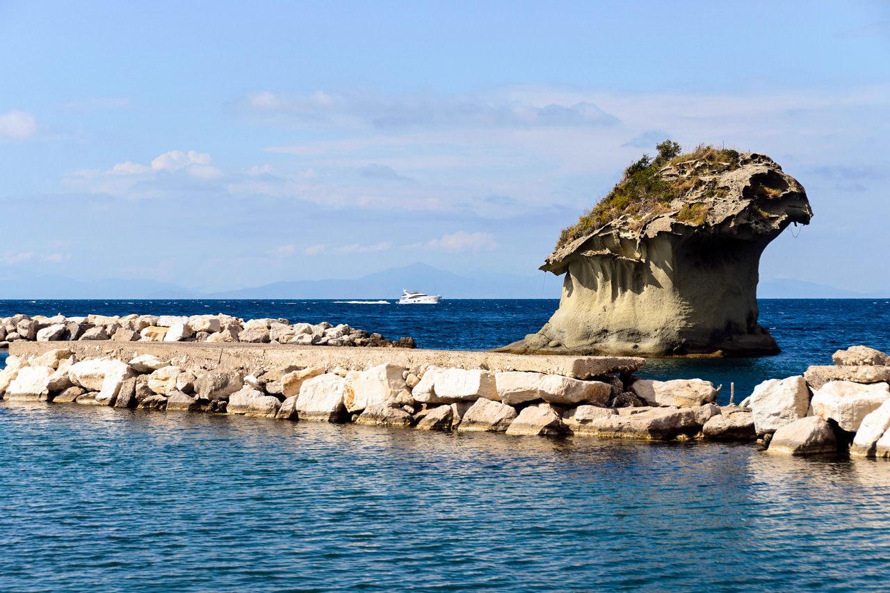 Причудливая туфовая скала Fungo – каменный гриб