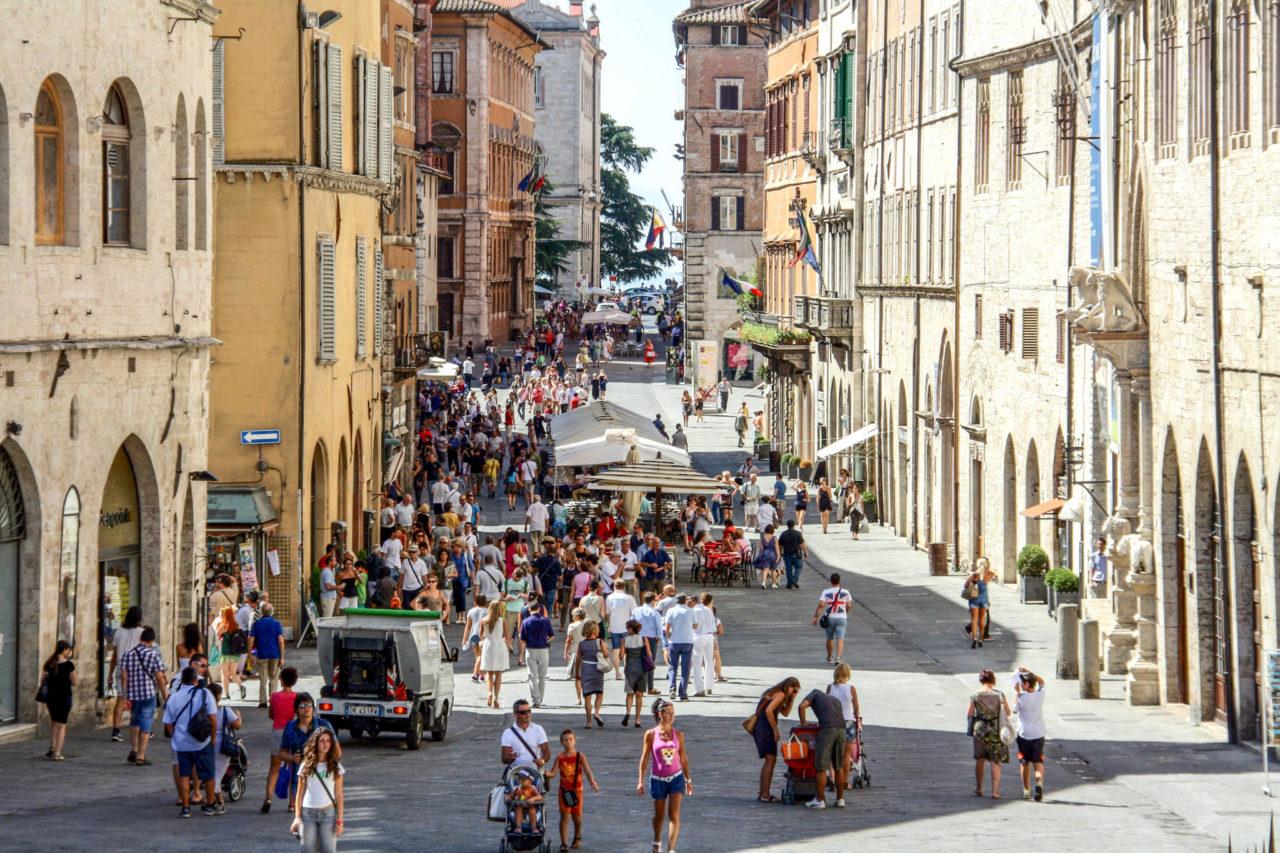 Corso Vannucci - улица шопоголиков