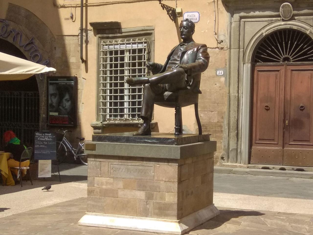 Памятник Джакомо Пуччини рядом с домом, где родился музыкант (Casa Natale di Giacomo Puccini)