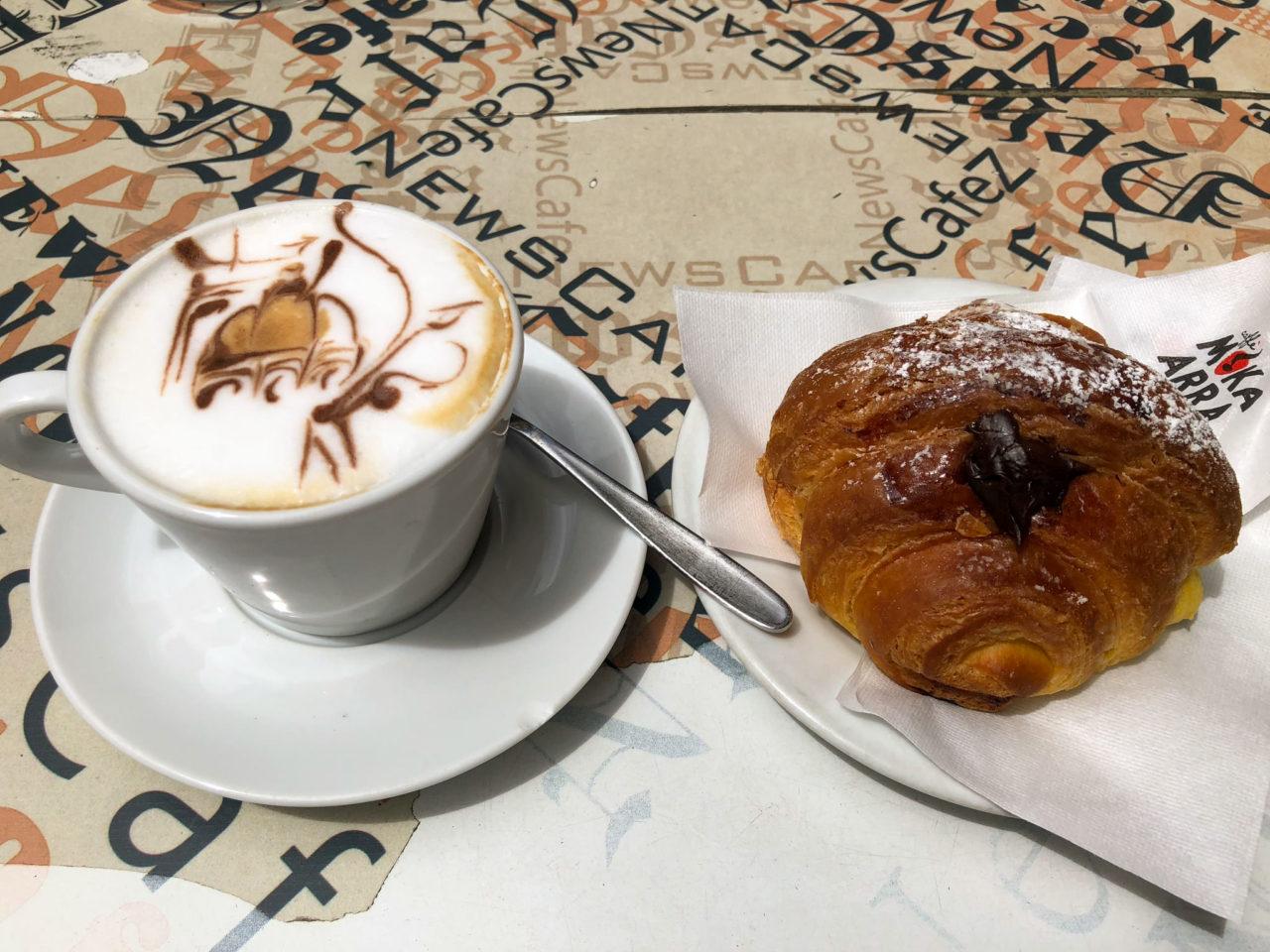 Виртуозная работа бариста - рисунок на сливочной пенке кофе